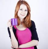 Portret miedzianowłosa dziewczyna z filiżanką. fotografia stock