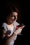 Portret miedzianowłosa kobieta z szkłem czerwone wino Zdjęcie Royalty Free