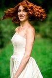 Portret miedzianowłosa panna młoda otaczająca naturą zdjęcie royalty free