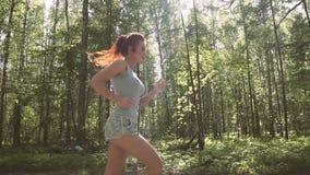 Portret miedzianowłosa piękna dziewczyna Młoda atleta biega lekko w parku swobodny ruch zbiory wideo