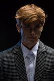 Portret miedzianowłosy przystojny facet na czerni obrazy stock