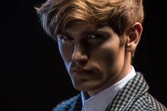 Portret miedzianowłosy przystojny facet na czerni zdjęcie stock