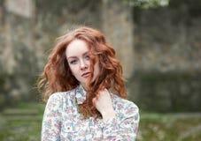 Portret miedzianowłosa dziewczyna z piegami zdjęcia stock