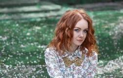 Portret miedzianowłosa dziewczyna z piegami obrazy royalty free