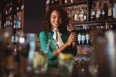 Portret miesza koktajlu napój w koktajlu potrząsaczu żeński barman Zdjęcia Royalty Free
