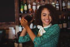 Portret miesza koktajlu napój w koktajlu potrząsaczu żeński barman Fotografia Royalty Free
