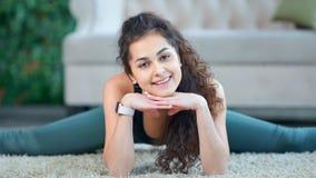 Portret mieszana biegowa uśmiechnięta młoda sprawności fizycznej kobiety seansu dratwa patrzeje kamerę zbiory