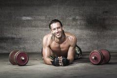 Portret mięsień i uśmiechnięta atleta Obraz Stock