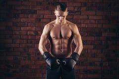Portret mma wojownik w boks pozie przeciw ściana z cegieł Zdjęcia Royalty Free