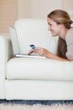 Portret młoda kobieta robi zakupy online Zdjęcia Stock