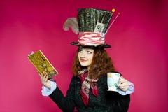 Portret młoda kobieta w similitude Hatter ( Zdjęcie Royalty Free