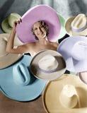 Portret młoda kobieta zakrywająca z kapeluszami (Wszystkie persons przedstawiający no są długiego utrzymania i żadny nieruchomość Zdjęcie Stock
