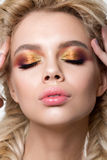 Portret młoda piękna blondynki kobieta z kreatywnie makijażem Obraz Royalty Free
