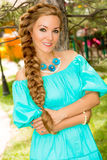 Portret młoda piękna uśmiechnięta kobieta z długie włosy i plenerowym Fotografia Royalty Free