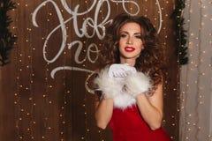 Portret młoda powabna dziewczyna ubierał jako Santa szczęśliwego nowego roku, Zdjęcia Royalty Free