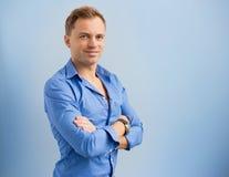 Portret młoda uśmiechnięta przystojna mężczyzna pozycja z rękami krzyżować Zdjęcia Stock