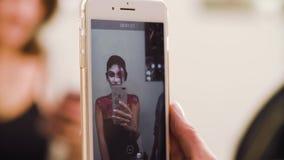 Portret model patrzeje ją zdjęcie wideo