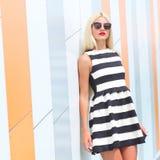 Portret modna mody dziewczyna w okularach przeciwsłonecznych Zdjęcie Stock