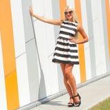 Portret modna mody dziewczyna w okularach przeciwsłonecznych Obrazy Royalty Free