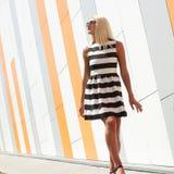 Portret modna mody dziewczyna w okularach przeciwsłonecznych Fotografia Royalty Free