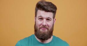 Portret modnisia seansu młodzi przystojni brodaci znaki zatwierdzenie zbiory wideo