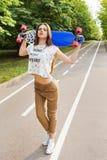 Portret modny młoda dziewczyna modniś który trzyma deskorolka dla golovoy _ lifestyle fotografia stock