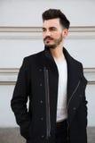 Portret modny młody człowiek w mieście obrazy royalty free