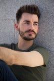 Portret modny młody człowiek w mieście fotografia stock