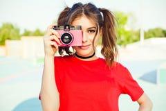Portret modny młody rudzielec dziewczyny fotograf z różową rocznika filmu kamerą Obraz Royalty Free
