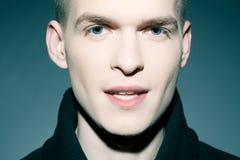 Portret modny przystojny mężczyzna pozować Fotografia Stock