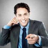 Portret młody biznesmen gestykuluje wezwanie ja szyldowy Zdjęcie Stock