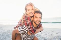Portret młody człowiek piggybacking pięknej kobiety Fotografia Royalty Free