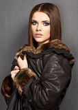 portret mody Futerko, skóra m?ode kobiety Fotografia Royalty Free