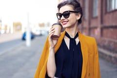 Portret mody kobieta chodzi na ulicie w okularach przeciws?onecznych Jest ubranym ? zdjęcie stock