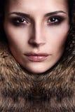 Portret młody moda model jest ubranym futerko Zdjęcia Stock