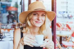 Portret mody piękna w średnim wieku kobieta w kawiarni z filiżanką kawy, szczęśliwy uśmiech obrazy royalty free