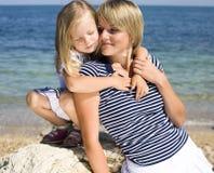 Portret młody rodzinny mieć zabawę na plaży, matce i córce, przy morzem Fotografia Stock