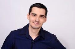 Portret młody szczęśliwy biznesowego mężczyzna ono uśmiecha się. Obraz Stock