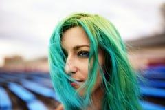 Portret mooi jong meisje met groen haar Stock Afbeeldingen