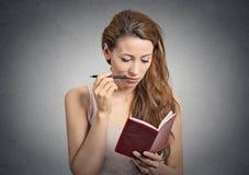Portret mooi meisje met pen het denken planning stock foto