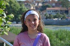 Portret mooi meisje op de rand van meergolyazi slijmbeurs Stock Foto's