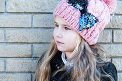 Portret mooi meisje in roze hoed, lichte muurachtergrond stock foto