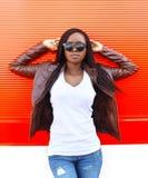 Portret mooie Afrikaanse vrouw die een leerjasje dragen Stock Afbeeldingen