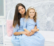 Portret mooie moeder en dochter in kleding samen Stock Afbeeldingen