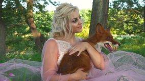 Portret mooie vrouw die rode vos in haar handen en het glimlachen houden stock videobeelden