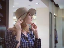 Portret mooie vrouw in elegante hoed met een brede rand Concep Stock Afbeeldingen