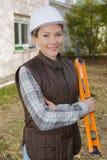 Portret mooie vrouwelijke architect bij bouwwerf royalty-vrije stock foto