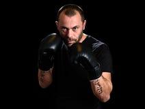 Portret męski atleta boksera mężczyzna patrzeje agresywny z Boxin Zdjęcie Stock