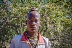 Portret Mucawana lub Muhacaona plemię mężczyzna z piękną kolorową paciorkowatą biżuterią i unikalną włosianą dekoracją zdjęcie stock