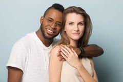 Portret multiracial pary u?ci?ni?cie patrzeje kamer? zdjęcie stock